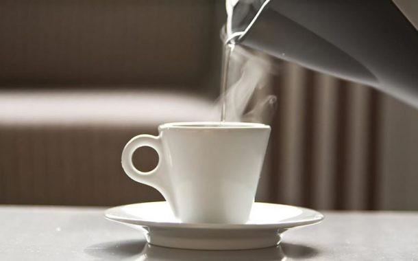 7 دلیل برای نوشیدن روزانه آب گرم